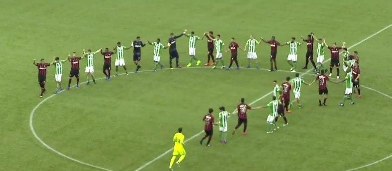 Jogadores de Atlético-PR e Coritiba agradeceram torcida e entraram na Arena da Baixada de mãos dadas