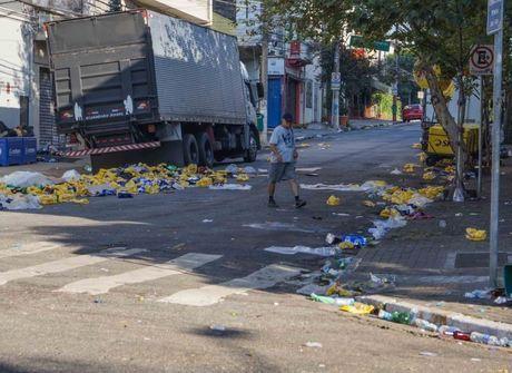 Ruas amanhecem com lixo e depredações após Carnaval