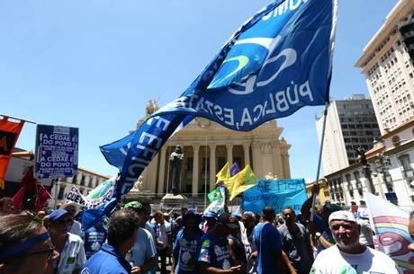 Manifestantes fizeram protesto na frente da Alerj