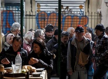 Gregos afundam cada vez mais na pobreza, 7 anos depois de política