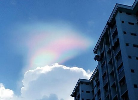 'Arco-íris de fogo' colore céu e surpreende moradores. Confira