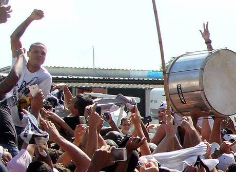 Atacante Luis Fabiano desembarca no Rio e ganha música da torcida