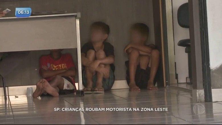 Três crianças de 10, 11 e 12 anos foram apreendidas na tarde desta segunda-feira (20) após furtarem um celular na avenida Alcântara Machado, na Mooca, zona leste de São Paulo