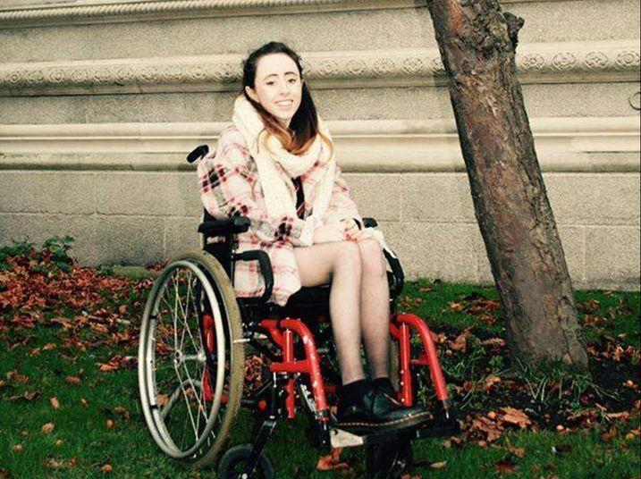 Niahm Herbert, de 19 anos, estuda no Trinity College, uma universidade em Dublin, na Irlanda, e estava indo para Londres para a London Fashion Week, quando teve uma surpresa muito desagradável: a Ryanair, companhia aérea irlandesa responsável pelo vôo, fez ela esperar 15 minutos para que ajudassem a subir a escada do portão de embarque