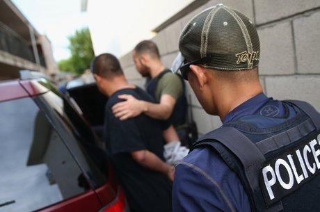 Imigrantes indocumentados com antecedentes criminais serão alvo de deportação em governo de Donald Trump
