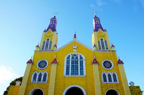 Em Castro, igreja colorida é uma das protegidas pela Unesco