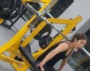 Foto bizarra de mulher na academia deixa a internet com um pé atrás