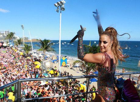 Ivete Sangalo canta para multidão na Bahia e ganha beijo do marido