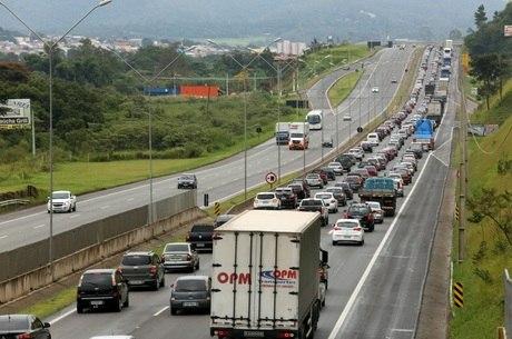 Resultado de imagem para Acidentes deixam 4 mortos e 56 feridos em estradas federais do Rio