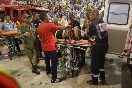 Vítimas foram socorridas pelos Bombeiros após acidente com carro alegórico na Marques de Sapucaí