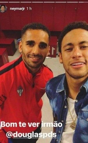 Neymar ficou bastante feliz em ver o amigo Douglas nesta quarta (1º)