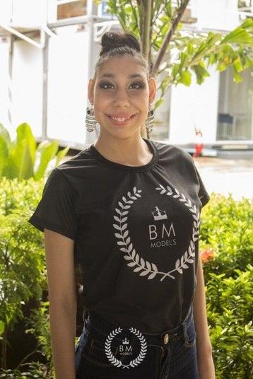 A mãe da jovem, Viviane Lima, dá todo o apoio, e afirma que as poses e cliques são estimulantes para a adolescente