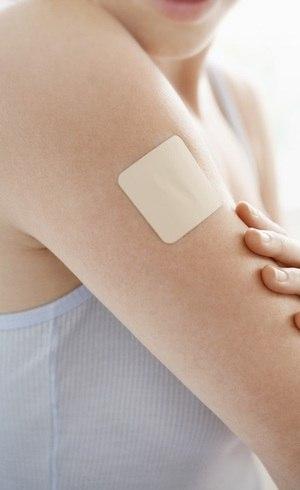 O adesivo transdérmico libera hormônios que evitam a gravidez diretamente na corrente sanguínea da paciente