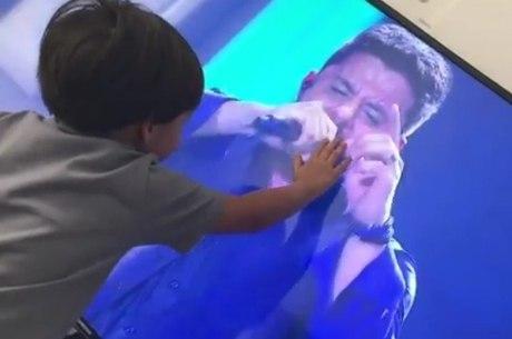 Filho de Cristiano Araújo faz carinho no pai pela televisão