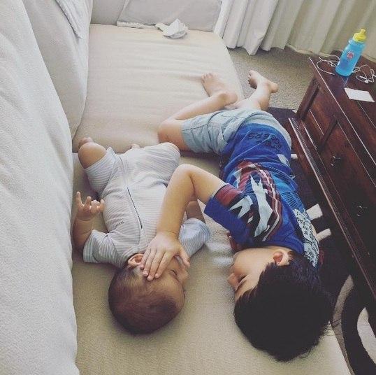 Uma mãe compartilhou em suas redes sociais uma foto emocionante de seu filho mais velho consolando o mais novo, de quatro meses, que está em estágio avançado de câncer. As informações são do Daily Mail