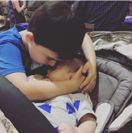 Sheryl Blanksby, mãe de dois meninos em Perth, na Austrália, costuma dividir com seus amigos e seguidores momentos dos filhos. William, de três anos, e Thomas, de quatro meses, são muito companheiros, conta a mãe
