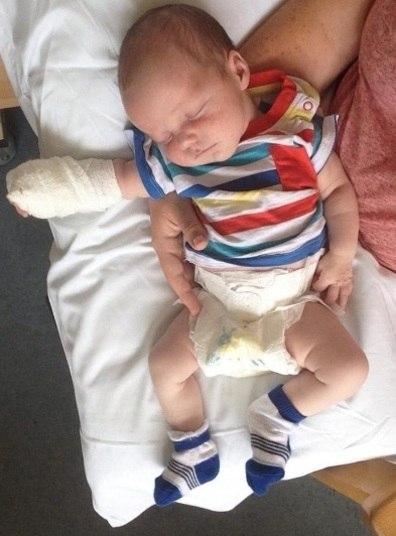 Um bebê nascido em um parto na água teve meningite e a mãe suspeita que o nascimento na água foi o motivo da inflamação, segundo informações do The Sun