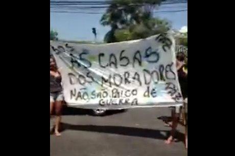 Moradores protestaram na Estrada de Itararé contra os desmandos da polícia na região da Praça do Samba
