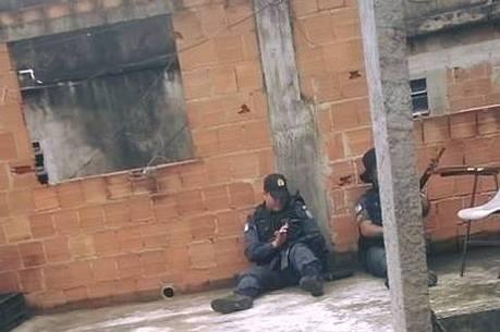 Policiais armados em uma residência no Alemão