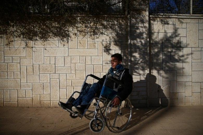 Sozinho em sua sala enquanto bombas caem em Douma, uma região de resistência contra o governo sírio localizado a leste de Ghouta, na Síria, o jovem Ziad, de 14 anos, se abriga em um dos centros de saúde improvisados para tratamento de paralíticos