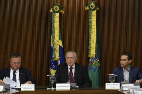 Temer e os ministros da Indústria, Comércio Exterior e Serviços (à direita) e da Agricultura (à esqueda) buscam acalmar exportadores