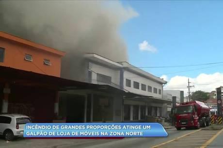 As chamas começaram no fundo da loja de móveis