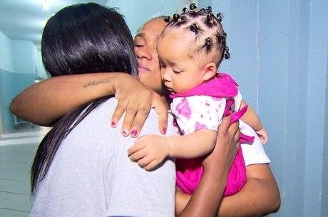 Lívia se emociona ao deixar a filha com uma parente