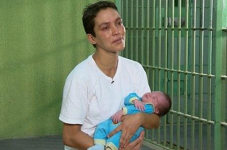 Fernanda espera ser solta antes de se separar do filho Miguel