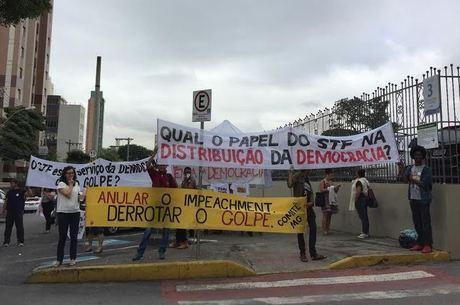 Manifestantes aguardaram a chegada da ministra, em frente à PUC Minas