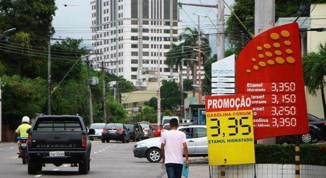 Placa com promoção de gasolina em Manaus (AM). Crise e queda do consumo aumentaram estoques e forçaram queda nos preços. Hoje, litro sai por R$ 3,45, em média, no Estado