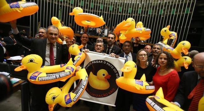 Oposição levou patos infláveis para manifestar contra a proposta aprovada