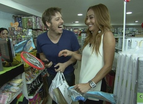 Japa e Porchat encaram tarefas divertidas em mercadão do Rio