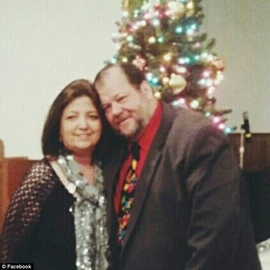O pai de Stormy, Claude Ledbetter, de 61 anos, e a mulher, Rhonda, (foto), disseram que ficaram chocados com as acusações. Afirmaram, em entrevista ao NewsChannel4, que a denúncia é falsaINSCREVA-SE NO CANAL DO HORA 7 NO YOUTUBE!