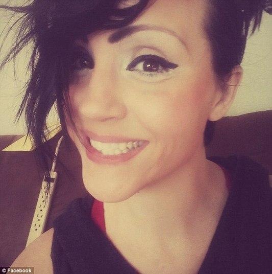 A americanaStormy Ledbetter, de 30 anos, foi presa na última sexta-feira (17) pela polícia do condado de Garvin, no estado deOklahoma (EUA). Stormy é acusada de abuso sexual por molestar um garoto de 10 anos na casa da família dela. A mulher tentou, segundo a investigação da polícia feita durante cinco meses, fazer sexo com o menino INSCREVA-SE NO CANAL DO HORA 7 NO YOUTUBE!