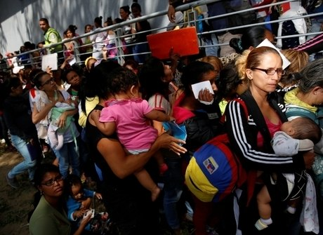 Venezuelanos esperam horas para tentar comprar alimentos básicos