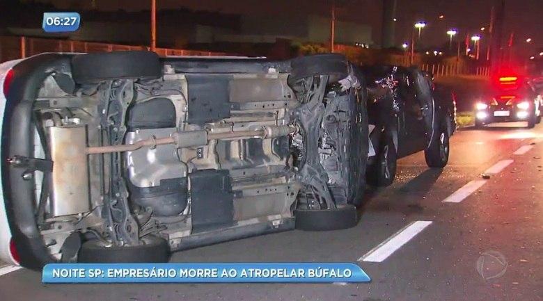 Um empresário de 66 anos morreu após um acidente envolvendo três veículos e um búfalo por volta de meia noite desta sexta-feira (24), no quilômetro 205 da rodovia Nova Dutra, sentido Rio de Janeiro, no Arujá, região metropolitana de São Paulo