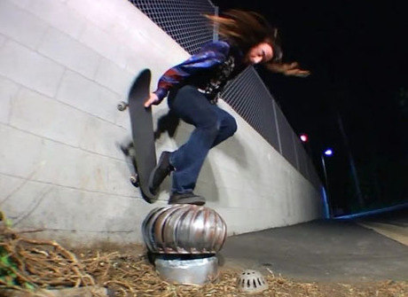 Com muita criatividade, skatista hippie faz manobras radicais