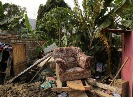 Peruanos tentam salvar pertences após enchentes devastadoras