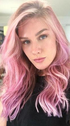 Ela ainda explica que, quando os cabelos estão opacos, elásticos e sem vida, o indicado é adiar a mudança e optar por tratamentos capilares