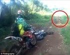 Duende? Motociclistas flagram figura sinistra correndo pela mata