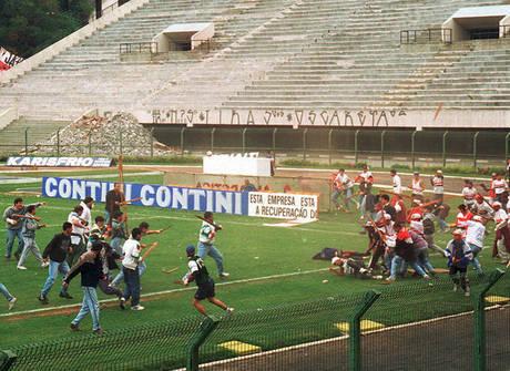 Brigas entre torcidas deixaram manchas de sangue nos estádios