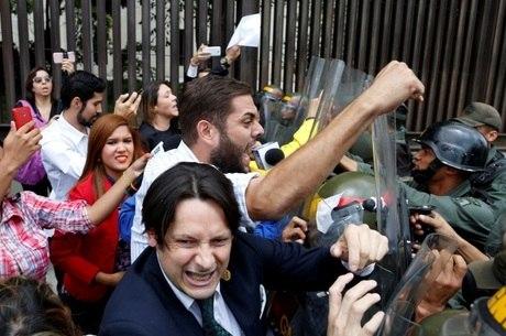 Na quinta-feira (30), manifestantes e parlamentares protestaram em frente ao Supremo Tribunal venezuelano