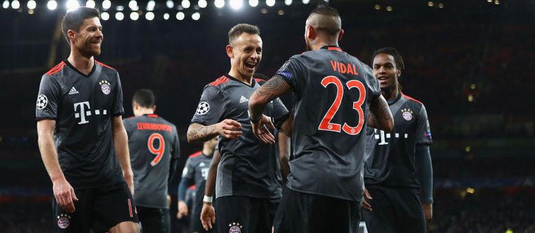 Rafinha (centro) atuou pelo Bayern no confronto contra o Arsenal nas  oitavas de final 1687e7eacbe03