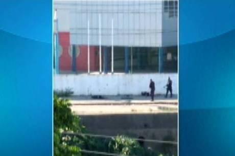 Vídeo mostra policiais atirando em suspeitos caídos no chão