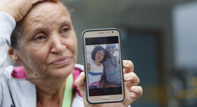 Rosilene Alves mostra fotos que a filha tirou no celular no dia que foi atingida por bala perdida