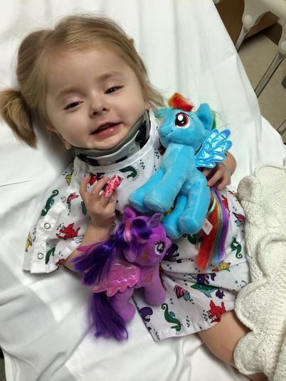 Uma menina de seis anos sofre de uma condição rara que faz com que seus ossos se quebrem sem motivo. A fragilidade óssea acontece por causa da osteogênese imperfeita, doença genética