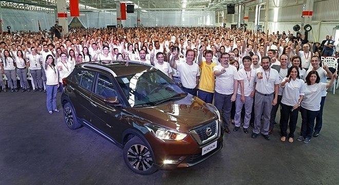 434f8c0f3 Funcionários da fábrica de Resende posam para foto com uma unidade do Nissan  Kicks nacional