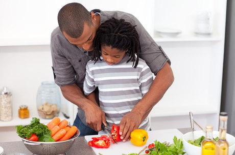Cozinhar ajuda a aproximar pais e filhos e também pode ser muito divertido