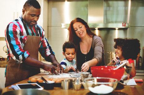Envolver a criança na preparação dos alimentos é um bom caminho para estimular bons hábitos