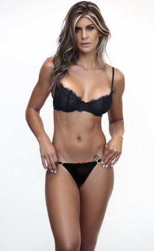 A modelo impressiona com o corpo sequinho